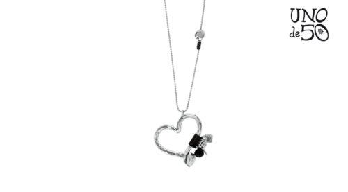 Una collana in lega di metallo argentato realizzata a mano per Uno de 50