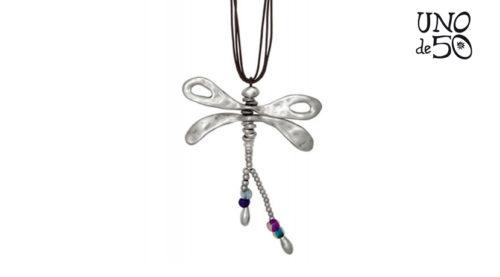 Collana Uno de 50 in pelle con una libellula pendente in metallo argentato decorato con perline colorate in resina e perline a goccia d'argento.