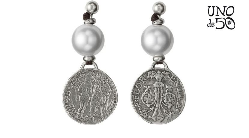 Orecchini Uno de 50 con medaglia in peltro argentato e perle sintetiche. Realizzati artigianalmente in Spagna.