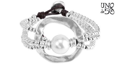 Bracciale De Perlas Uno de 50 in metallo argentato con perla. Lunghezza 19 cm. Referenza PUL1130MTLBPL0M