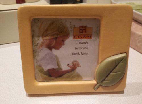 Portafoto Egan in ceramica di colore arancione con foglia verde
