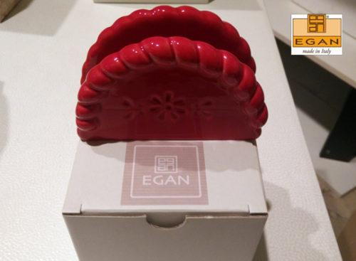 Portatovaglioli Egan in ceramica lavorata a mano di colore rosso.