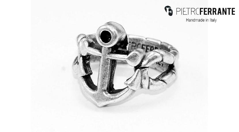 L'anello Ancora Pesky di Pietro Ferrante è realizzato interamente a mano in Italia ed è disponibile in due differenti modelli: ottone con finitura in argento o in argento 925.