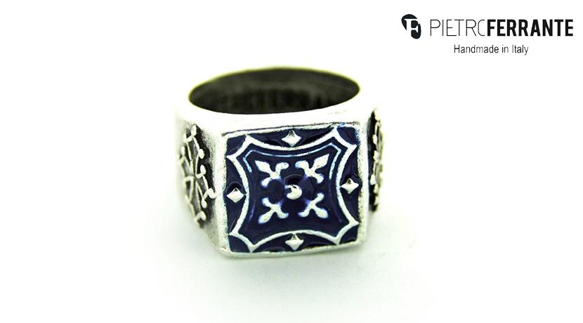 L'anello Araldico Pesky Smaltato Pietro Ferrante è realizzato interamente a mano in Italia ed è disponibile in due diversi modelli, uno in ottone con finitura argento e uno in argento 925.