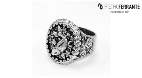 L'anello Carpa Pesky Pietro Ferrante è realizzato interamente a mano in Italia ed è disponibile in due differenti modelli: uno in ottone con finitura argento e uno in argento 925.