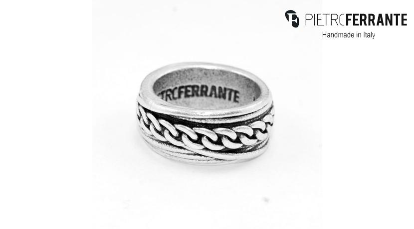 L'anello Catena Pesky Pietro Ferrante è realizzato interamente a mano in Italia ed è disponibile in due versioni: una in ottone con finitura argento e una in argento 925.