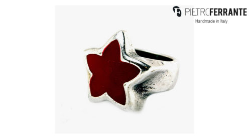 L'anello Chevalier Pesky PJB3470 Pietro Ferrante è realizzato in zama finitura argento con smalto. Interamente fatto a mano in Italia. Disponibile in sette differenti colorazioni.