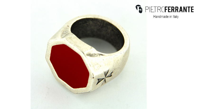 L'anello Chevalier della collezione Pesky di Pietro Ferrante è realizzato in zama finitura argento con smalto. Interamente fatto a mano in Italia. Disonibile in sette colorazioni differenti.