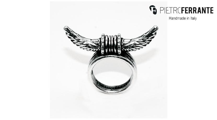 L'anello Corne Pesky di Pietro Ferrante è realizzato interamente a mano in Italia ed è disponibile in due differenti modelli: in ottone con finitura argento o in argento 925.