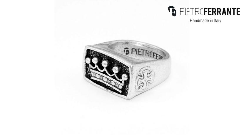 L'anello Corona Pesky Pietro Ferrante è realizzato interamente a mano in Italia ed è disponibile in ottone con finitura argento o in argento 925.