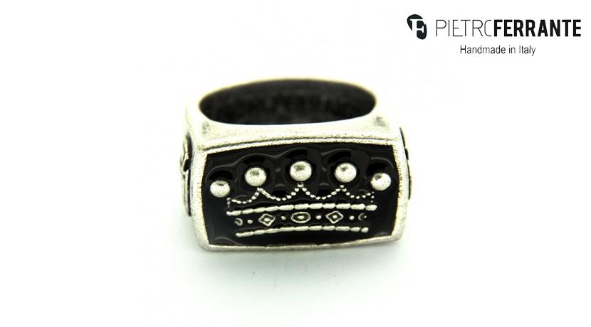 L'anello Corona Smaltato Pesky Pietro Ferrante è fatto a mano ed è disponibile in ottone con finitura argento e in argento 925