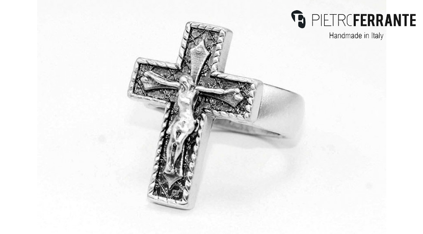 L'anello Croce Pesky di Pietro Ferrante è realizzato interamente a mano in Italia ed è disponibile in ottone con finitura argento o in argento.