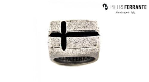 L'anello Croce Smaltato Pesky Pietro Ferrante è realizzato interamente a mano in Italia ed è disponibile in due modelli e due varianti, uno in ottone con finitura argento e uno in argento 925.