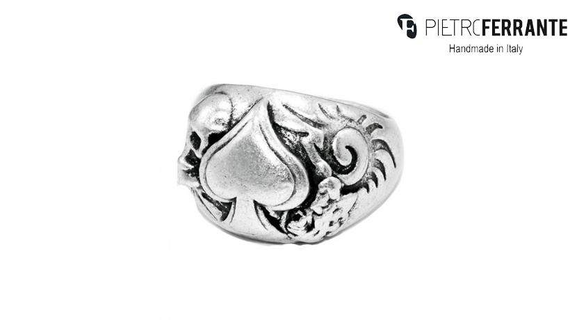 L'anello Cuore Pesky Pietro Ferrante è realizzato interamente a mano in Italia ed è disponibile in due modelli: uno in ottone con finitura in argento e uno in argento 925.