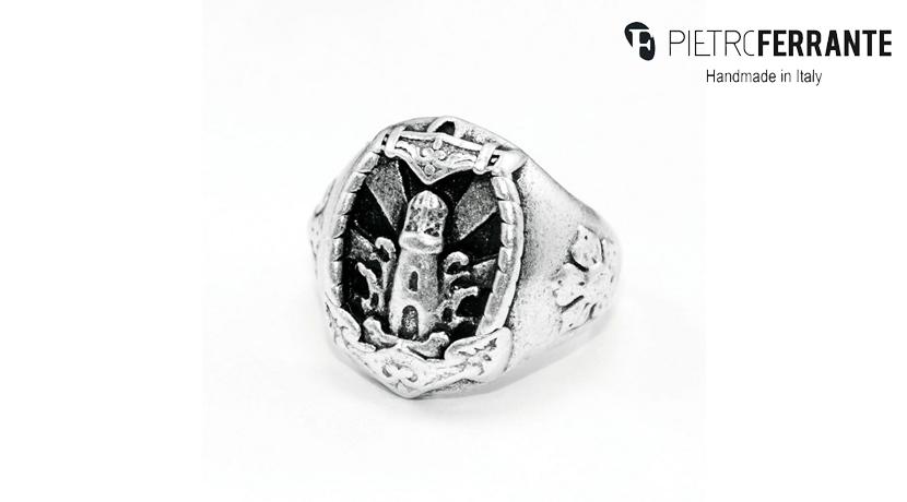 L'anello Faro Pesky Pietro Ferrante è realizzato interamente a mano in Italia ed è disponibile in due differenti versioni, una in ottone con finitura argento e una in argento 925.