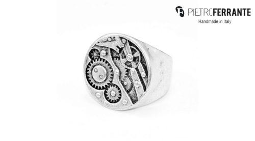L'anello Ingranaggi Pesky Pietro Ferrante è realizzato interamente a mano ed è disponibile in ottone con finitura argento o in argento 925.