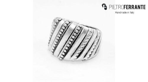L'anello Intreccio Pesky Pietro Ferrante è realizzato interamente a mano in Italia ed è disponibile in due diverse versioni, una in ottone con finitura in argento e una in argento 925.