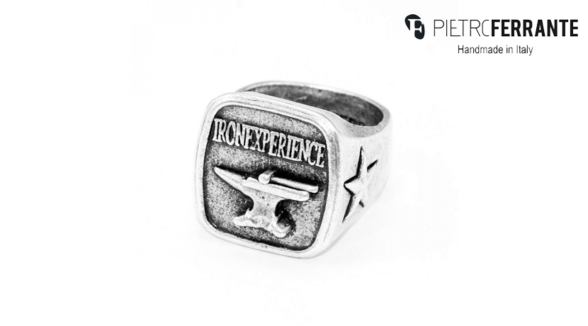 L'anello Ironexpirience Pesky Pietro Ferrante è realizzato interamente a mano in Italia. È disponibile in due versioni, una in ottone con finitura argento e una in argento 925.