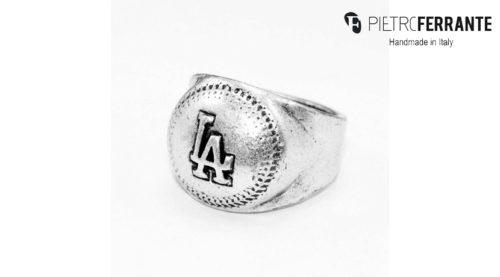 L'anello Los Angeles Pesky Pietro Ferrante è realizzato interamente a mano in Italia ed è disponibile in due diverse versioni, una in ottone con finitura in argento e una in argento 925.