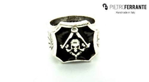 L'anello Massonico Smaltato Pesky Pietro Ferrante è realizzato interamente a mano in Italia ed è disponibile in due differenti versioni, una in ottone con finitura argento e una in argento 925.