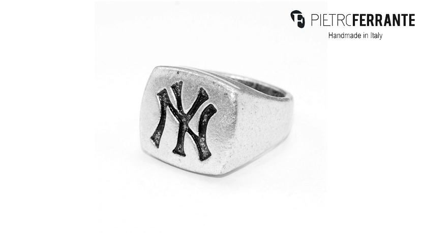 L'anello New York Pesky Pietro Ferrante è realizzato interamente a mano in Italia ed è disponibile in due differenti versioni: una in ottone con finitura argento e una in argento 925.