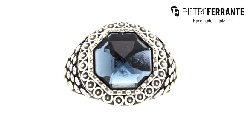 L'anello Pietra con Pietre colore Montana (Blu) Pesky Pietro Ferrante è realizzato interamente a mano in Italia ed è disponibile in due versioni: una in ottone con finitura argento e una in argento 925