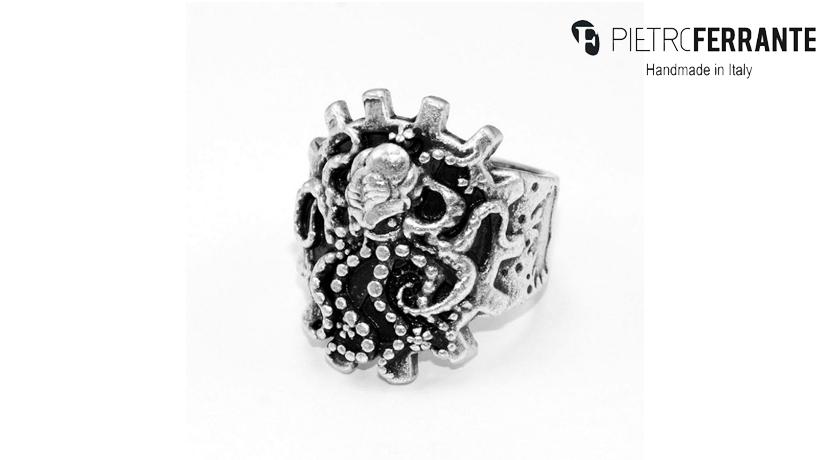 L'anello Polpo Pesky Pietro Ferrante è realizzato interamente a mano in Italia ed è disponibile in due versioni: una in ottone con finitura argento e una in argento 925.