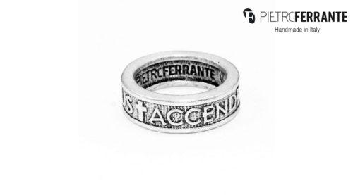 L'anello Preghiera Pesky Pietro Ferrante è fatto interamente a mano in Italia, è disponibile in due modelli differenti ed è fatto in ottone con finitura in argento o in argento 925.