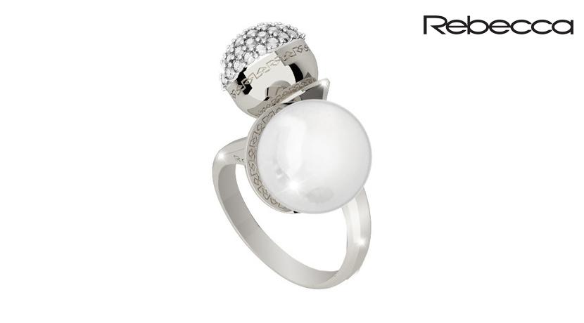 L'anello Rebecca Hollywood è realizzato in bronzo con perla e pietre. È regolabile dalla taglia 12 alla taglia 18.