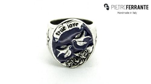 L'anello Rondine Smaltato Pesky Pietro Ferrante è realizzato interamente a mano in Italia ed è disopnibile in due differenti modelli: uno in ottone con finitura argento e uno in argento 925.