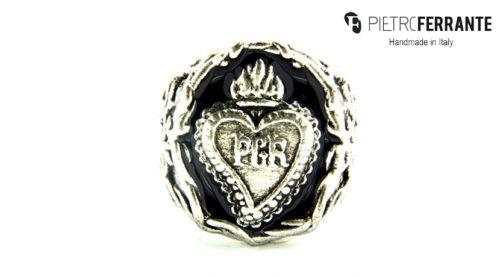 L'anello Rosa dei Venti smaltato Pesky Pietro Ferrante è realizzato interamente a mano in Italia ed è disponibile in due colori, realizzati in ottone con finitura argento o in argento 925.