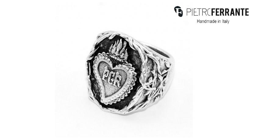 L'anello Sacro Cuore Pesky di Pietro Ferrante è realizzato in ottone con finitura argento o in argento. È interamente fatto a mano in Italia.