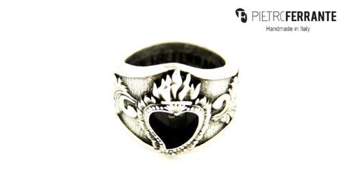 L'anello Sacro Cuore Smaltato Pesky Pietro Ferrante è realizzato interamente a mano in Italia ed è disponibile in due differenti versioni: una in ottone con finitura in argento e una in argento 925.