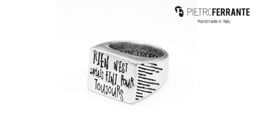 L'anello Scritte Pesky Pietro Ferrante è realizzato interamente a mano in Italia ed è disponibile in due differenti versioni, una in ottone con finitura argento e una in argento 925.