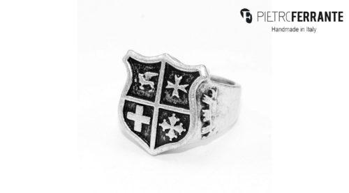 L'anello Stemma Pesky Pietro Ferrante è realizzato interamente a mano in Italia ed è disponibile nelle versioni in ottone con finitura argento o in argento 925.