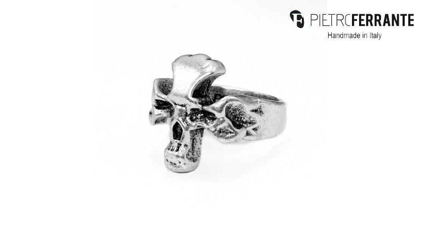 L'anello Teschio Pesky Pietro Ferrante è fatto interamente a mano in Italia ed è disponibile in tre differenti modelli, tutti realizzati in ottone con finitura argento o in argento 925.