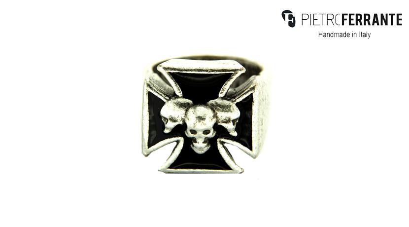 L'anello Teschio Smaltato Pesky Pietro Ferrante è realizzato interamente a mano in Italia ed è disponibile in due differenti versioni, una in ottone con finitura argento e una in argento 925.