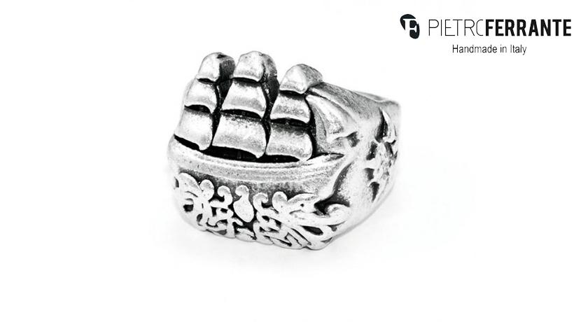 L'anello Veliero Pesky Pietro Ferrante è realizzato interamente a mano in Italia ed è disponibile in due modelli: in ottone con finitura argento o in argento 925.