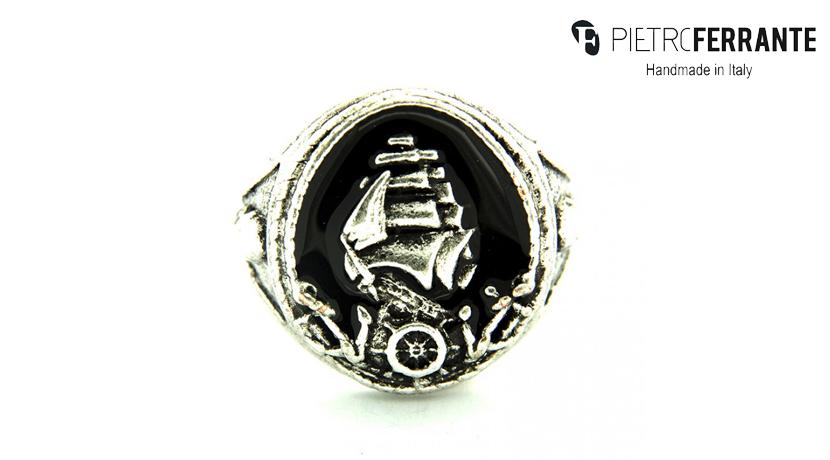 L'anello Veliero Pesky Smaltato Pietro Ferrante è realizzato interamente a mano in Italia ed è disponibile in due differenti modelli, uno in ottone con finitura argento e uno in argento 925.