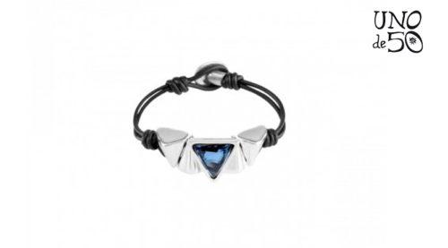 Il Bracciale Keita Uno de 50 è realizzato in cuoio con cristallo azzurro incastonato in corpo metallico bagno d'argento dalla nota azienda spagnola che produce i suoi gioielli interamente a mano.