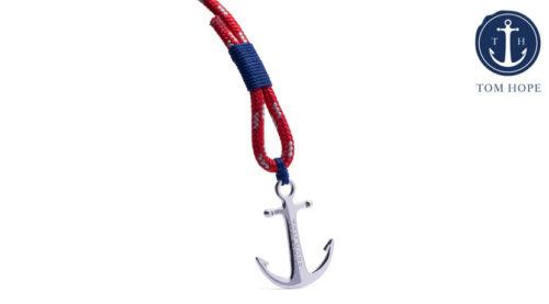 Il bracciale Tom Hope Artic Blue è di colore rosso luminoso con dettagli blu, ed è realizzato a mano nel punto più meridionale della Svezia. L'ancora simbolo dell'azienda Tom Hope Anchor è realizzata in argento sterling ed è priva di nichel e piombo.