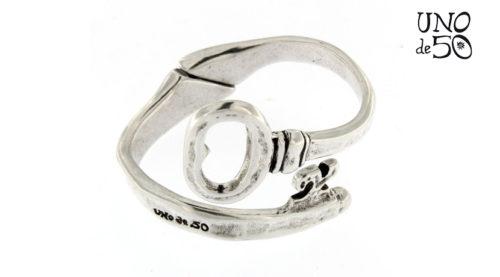 Bracciale Ya Ves Uno de 50 placcato in argento 15 micron con molla regolabile al polso a forma di una chiave. Referenza prodotto PUL1526MTL0000M