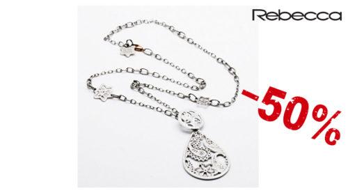 La Collana donna Rebecca Cashmere è realizzata in bronzo colore silver con chiusura a moschettone e pendente a goccia lavorato. La collana è lunga 48 cm, mentre il pendente è lungo 6 cm.