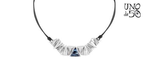 Collana Keita Uno de 50 con cordino in pelle marrone ed elementi con placcatura in argento 15 micron, il tutto illuminato da un cristallo Swarovski blu
