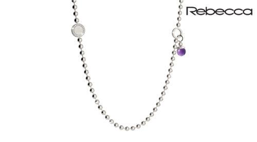La collana Rebecca Boulevard Stone è realizzato in bronzo placcato rodio di colore bianco, con pietra idrotermale viola con zirconi bianchi. Misura 80 cm.
