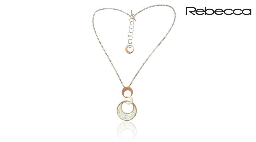 La Collana Rebecca Cerchi è realizzata in bronzo e presenta un pendente formato da cerchi concatenati di colore oro rosa.