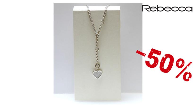 La collana Donna Rebecca Mon Amour è realizzata in bronzo colore silver con chiusura a moschettone e pendente a forma di cuore.