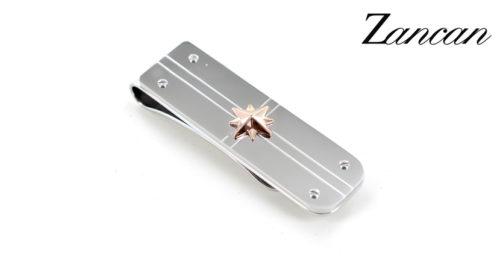 Il Fermasoldi Zancan Rosa dei Venti è realizzato in acciaio ipoallergenico con una rosa dei venti in rilievo in acciaio PVD rosa. Dimensioni: 15x53 mm.