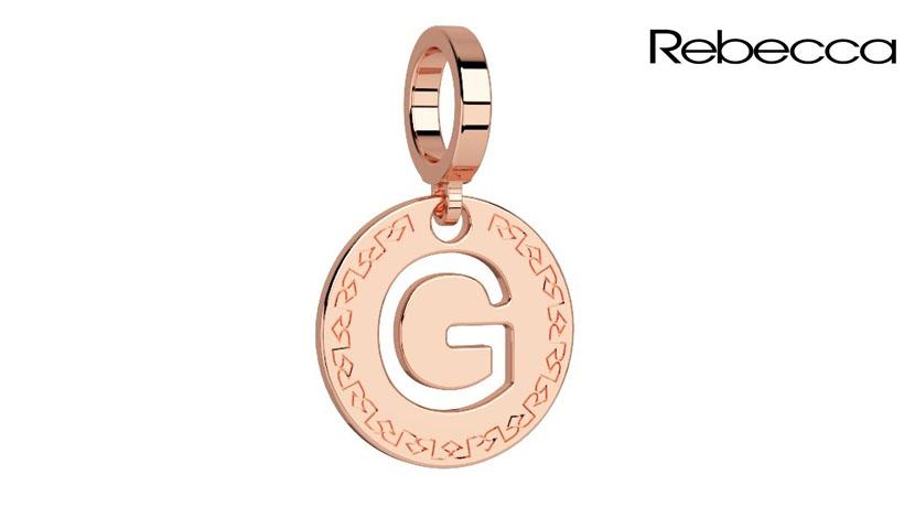 Ciondolo Lettera Rebecca realizzata in bronzo pvd rosa anallergico. Diametro ciondolo cm 12. Disponibili tutte le lettere dell'alfabeto.