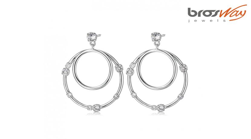 Gli orecchini Sun Brosway sono realizzati in ottone rodiato con cristalli Swarovski® Elements bianchi. Hanno forma di due cerchi uno dentro l'altro.